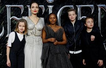 Thẩm phán xử vụ ly hôn Angelina Jolie - Brad Pitt nhận lệnh từ chức