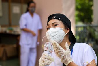 Phương Thanh: Tôi làm tình nguyện viên đến 1h sáng, con gái vẫn đợi mẹ về