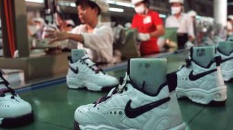 Nike, Adidas khan hàng khi nhiều nhà máy tạm đóng cửa vì Covid-19