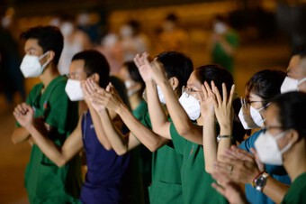 Xúc động với khoảnh khắc nghệ sĩ Việt hát khích lệ tinh thần bác sĩ và hàng ngàn bệnh nhân