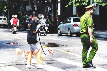 Dắt chó đi vệ sinh ngày đầu Hà Nội giãn cách, cô gái bị phạt 2 triệu