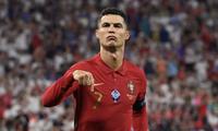 Ronaldo khiến MXH nổ tung khi đăng hình ảnh thường nhật đầu tiên sau Euro 2020, cơ bụng của cậu cả cũng gây chú ý đặc biệt