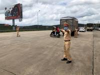 Xe CSGT dẫn đường đưa công nhân từ TP HCM về quê