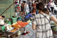 Nhiều người Hà Nội vẫn hối hả mua rau củ, thịt cá ở các khu chợ lớn về nhà
