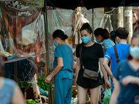 Hà Nội: Chợ dân sinh quây nilon phòng dịch, tiểu thương chia ca theo ngày chẵn lẻ