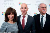 """Tỷ phú Amazon lần đầu chia sẻ khoảnh khắc ông nhớ nhất khi bay vào vũ trụ, """"kẻ thứ 3"""" không hề được nhắc đến"""