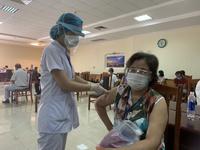 Tin tốt về Covid-19: Người chạy thận nhân tạo Đà Nẵng mừng được chích vắc xin Covid-19 giữa lúc dịch