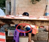 Hàng thịt vắng vẻ, bà chủ tranh thủ ''''tút'''' lại bộ móng, nhìn dụng cụ làm nail mà khách hàng chỉ buồn nôn