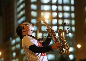 Khu cách ly bệnh viện dã chiến rưng rưng trong tiếng kèn của nghệ sĩ Trần Mạnh Tuấn