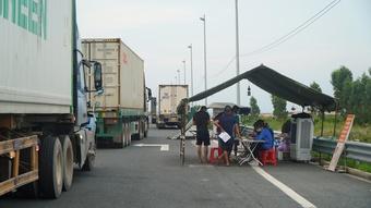 Xe chở hải sản các tỉnh phía Nam 'than trời' vì giấy xét nghiệm vào Quảng Ninh