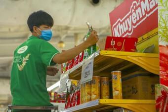 Hàng hóa thiết yếu ngập tràn các siêu thị ở Hà Nội