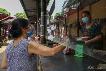Ấn tượng khu chợ đầu tiên ở Hà Nội quây tấm nilon phòng dịch, tiểu thương tự đóng góp để bảo vệ bản thân và khách hàng