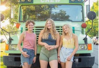 Ba cô gái Mỹ kết thân sau khi phát hiện đang hẹn hò cùng một người