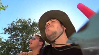 """Livestream giữa lúc trời nóng gần 40 độ, nam streamer suýt nữa """"ngắm gà khỏa thân"""" vì sốc nhiệt"""