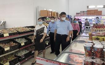 Hà Nội: Chợ truyền thống chỉ bán hàng thiết yếu