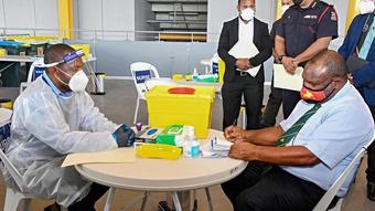 Nước nhỏ hưởng lợi vắc xin Covid-19 nhờ Trung Quốc - Úc cạnh tranh