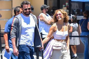 Jennifer Lopez diện bikini bốc lửa tình tứ bên Ben Affleck mừng tuổi 52
