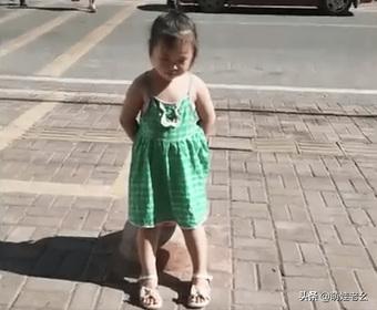 """Không được xem tivi, bé gái ra phơi nắng để """"tự tử"""", câu nói của bố làm cô bé lập tức đổi ý chạy thẳng vào nhà"""
