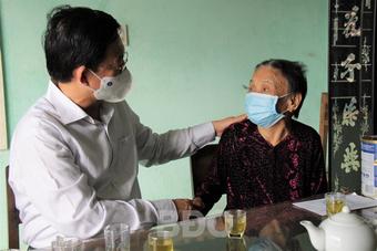 Lãnh đạo tỉnh Bình Định thăm và tặng quà các gia đình chính sách