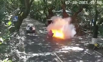 Kinh hoàng hình ảnh xe máy điện chở hai cha con bất ngờ phát nổ và bốc cháy