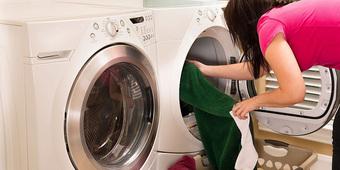 7 sai lầm khi giặt sấy tại nhà khiến bạn tốn kém hơn cả mang quần áo ra tiệm giặt