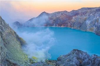 """Ngọn núi lửa có """"1-0-2"""" trên thế giới sở hữu dung nham xanh cực bắt mắt"""