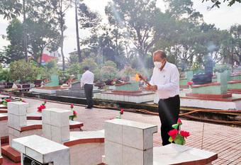 Phó Thủ tướng Thường trực tưởng nhớ các anh hùng, liệt sĩ