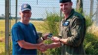 Đứng ngắm tiêm kích F-15, người đàn ông cứu mạng phi công quân sự Mỹ