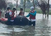 Lao vào vùng lũ cứu trợ, Vương Nhất Bác bị chỉ trích vì ngồi thuyền, diễn sâu