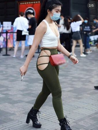 Quần đục lỗ hot trend nhưng liệu có hợp mặc dạo phố?