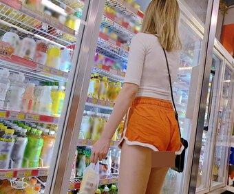 Cô gái mặc gợi cảm đến cửa hàng tiện lợi nhưng không bị chê bai vì lý do này