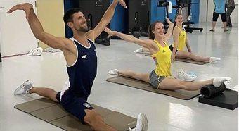 Djokovic trổ tài lạ bên hai mỹ nữ môn thể dục nghệ thuật