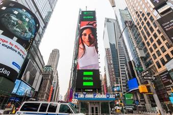 Hình ảnh của nữ Rapper Suboi xuất hiện tại quảng trường lớn nhất nước Mỹ