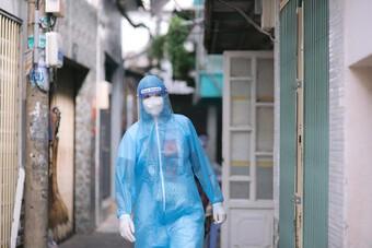 Hoa hậu H'hen Niê gõ cửa mời người dân đi lấy mẫu xét nghiệm Covid-19