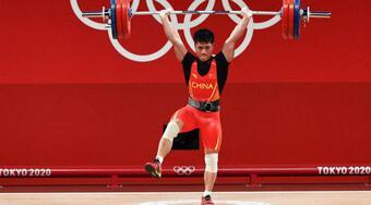 Đẩy tạ đứng 1 chân gây sốt ở Olympic 2020: Cao thủ Thiếu Lâm?