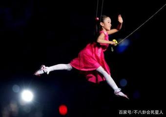 """""""Bé gái thả diều Olympic"""": Dù vô danh, vẫn mãi ghi nhớ khoảnh khắc đẹp nhất"""