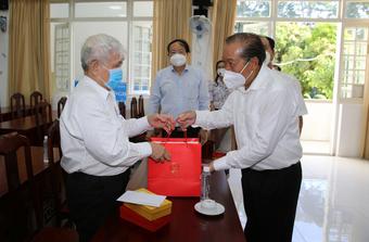 Phó Thủ tướng Trương Hòa Bình thăm, tặng quà người có công ở TPHCM