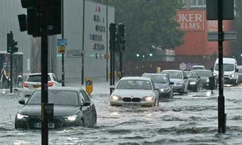 Loạt ô tô chôn chân trong nước lụt London