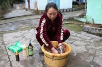 Massage và cho gà tập thể dục, cô chủ trang trại kiếm bộn tiền