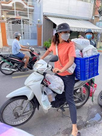 Hoa hậu H''Hen Niê giản dị làm shipper mùa dịch