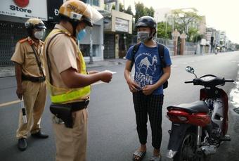 CSGT TP.HCM xử phạt sau 18 giờ: Lặng người trước ông bố chở bình oxy cứu con