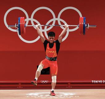 Cực choáng Olympic: 7 phút lập 3 kỷ lục, đứng 1 chân nâng tạ vô địch