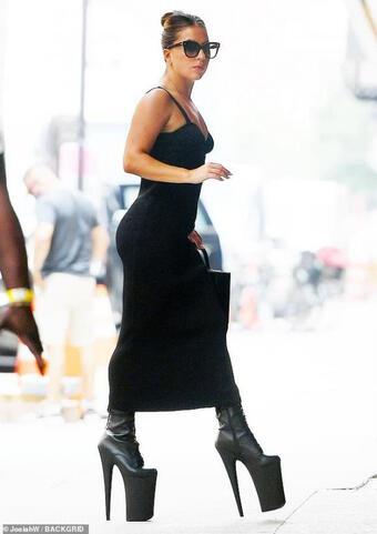 Nhiều lần ngã ''dập mặt'' vẫn ''không chừa'', Lady Gaga tiếp tục xuống phố với đôi giày cao 30cm