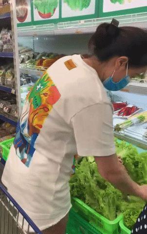 """Cô gái đi mua rau có một hành động khiến dân mạng cho là """"ích kỷ, vô ý thức"""", nhiều người quyết tìm để cho một bài học"""