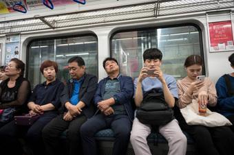 Đi tàu điện tình cờ đọc được dòng chữ mã hóa kỳ lạ trên điện thoại người ngồi cạnh, người đàn ông giúp cảnh sát phá luôn một vụ án lớn