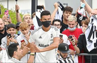 Ronaldo trở lại hội quân cùng Juventus, hành động gây cảm kích với fan