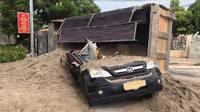 Xe tải chở cát lật nghiêng đè bẹp xe con, tài xế mắc kẹt bên trong