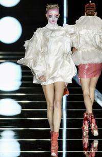 Drama chưa kể: Show Dior 18 năm trước từng bị PETA tấn công, phản ứng đanh đá của cô mẫu bay thẳng vào huyền thoại!