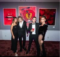 Vợ Justin Bieber diện váy xuyên thấu đến tận hông nổi bần bật tại sự kiện cùng anh chồng điển trai
