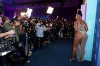 """Ngôi sao giành 3 giải Grammy mặc """"sốc"""" dự tiệc của tạp chí áo tắm"""